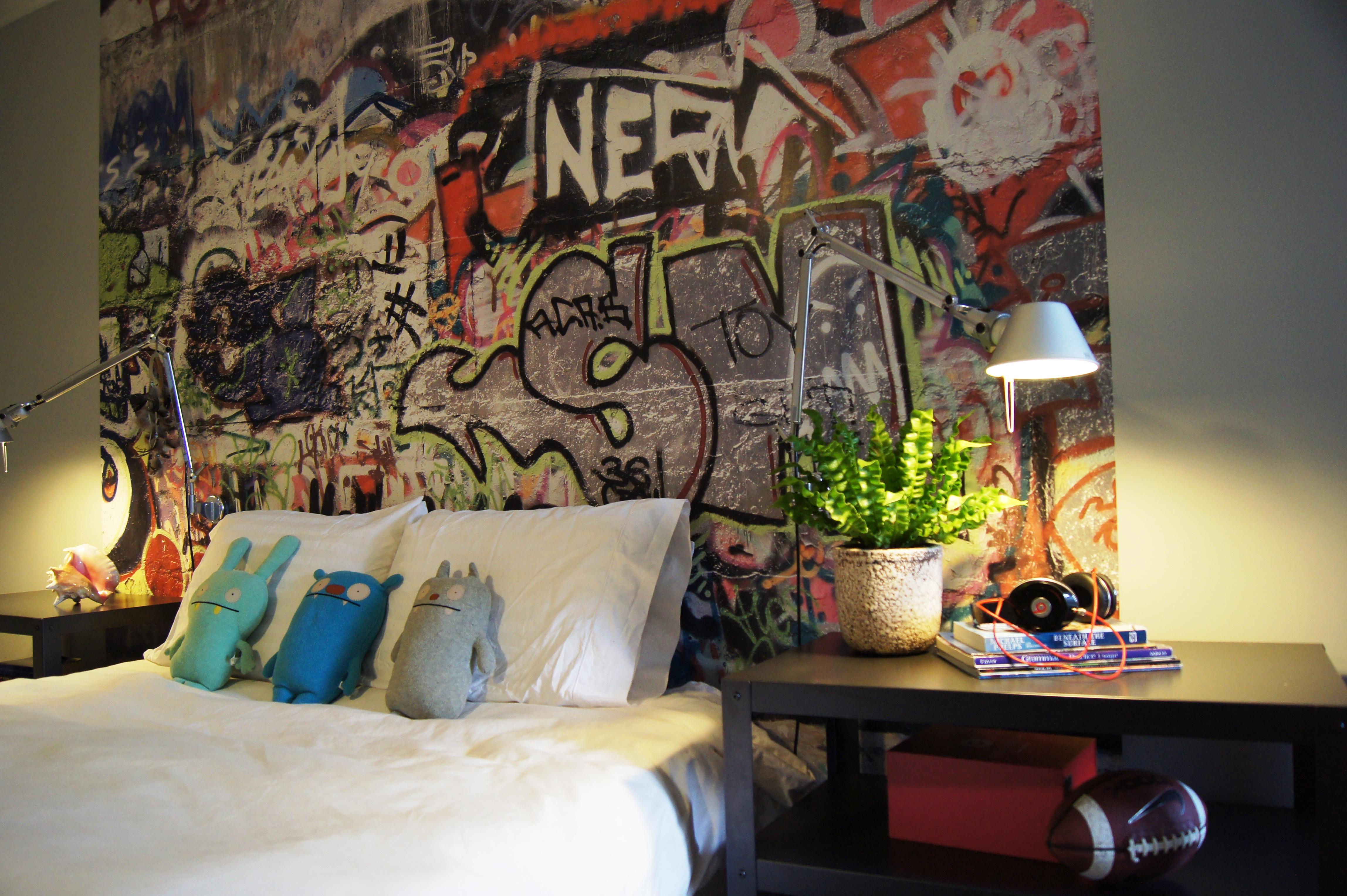 Граффити в качестве оформления стены - удачный вариант для комнаты подростка