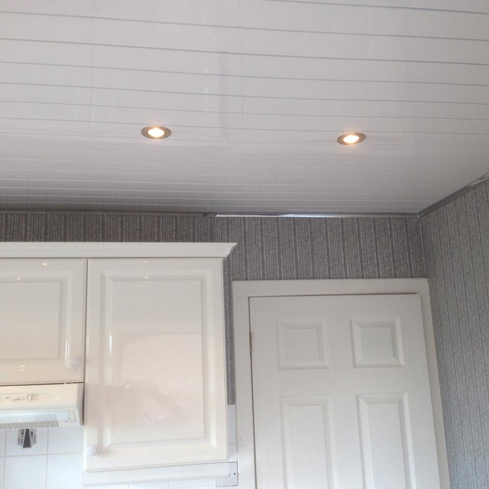 Пластиковые панели на кухонном потолке