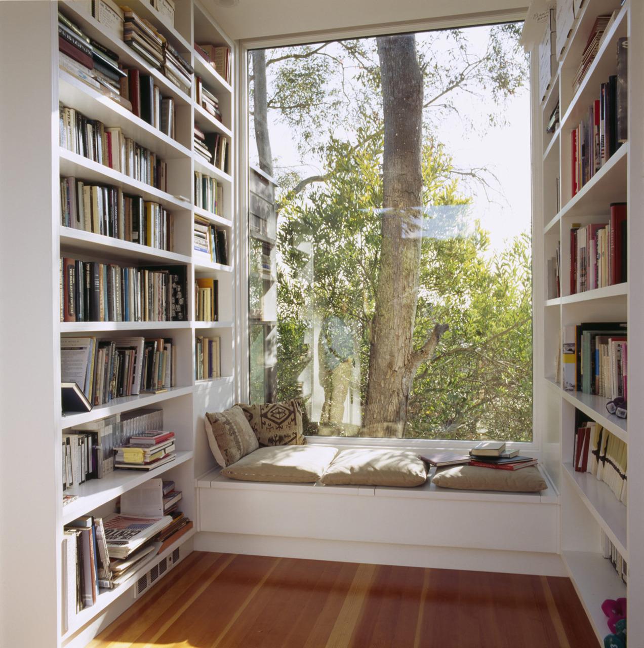 В маленькой спальне можно обустроить дополнительное место отдыха при помощи подоконника