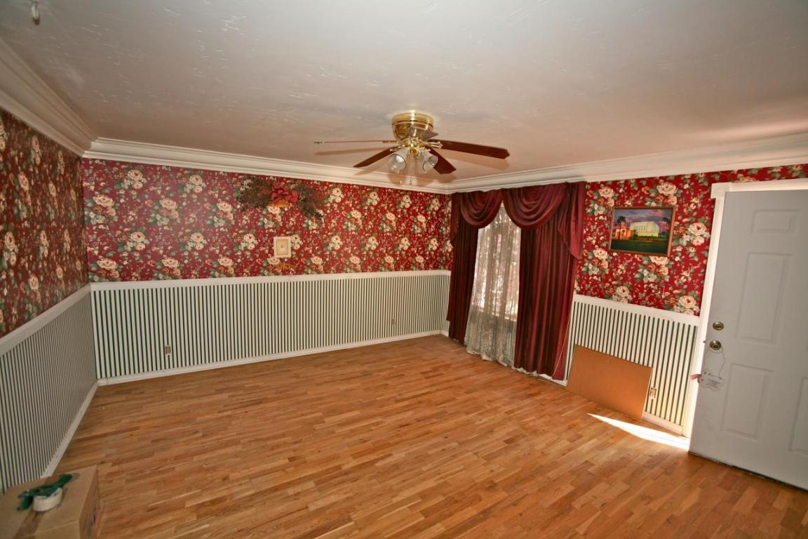 Горизонтальное комбинирование обоев в гостиной классического стиля