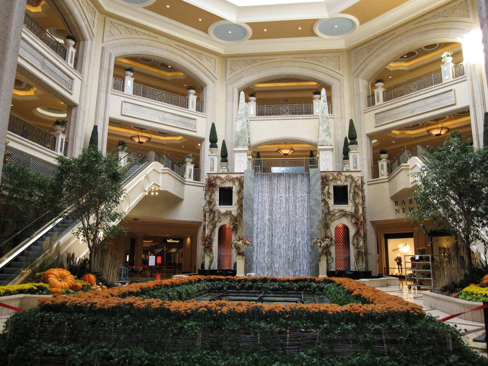 Водопад в интерьере холла гостиницы