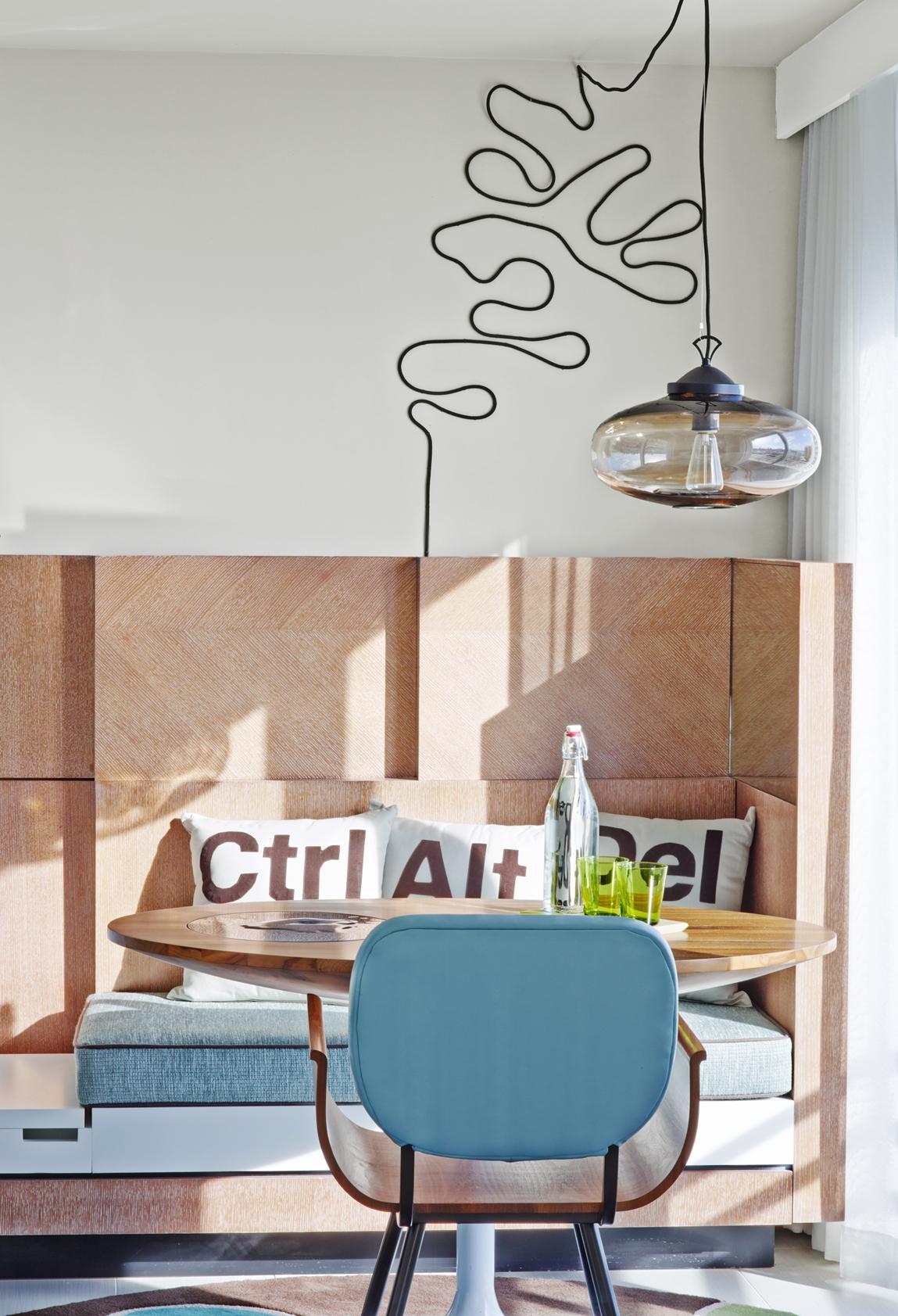 В комнату с высокими потолками лучше выбирать люстры на длинных прутьях