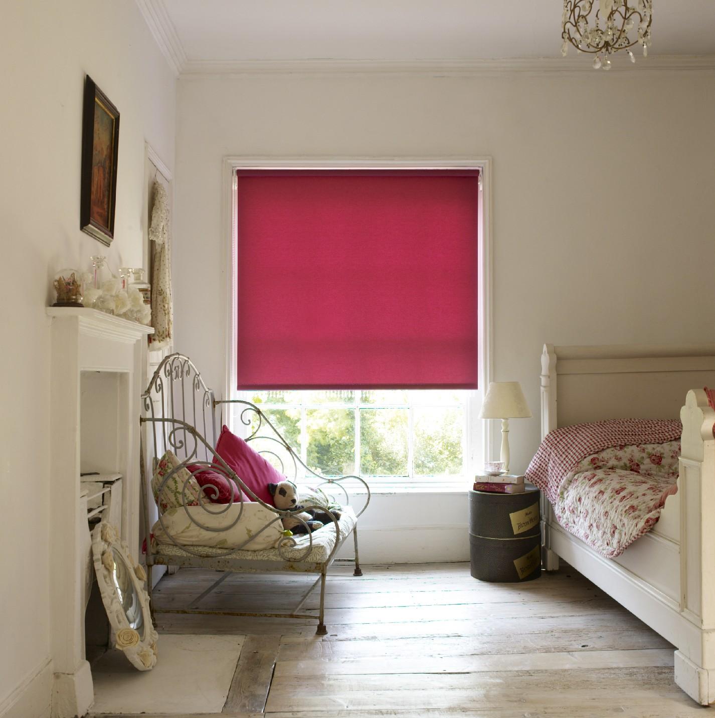 Яркие рулонные шторы выступают основным акцентом в комнате