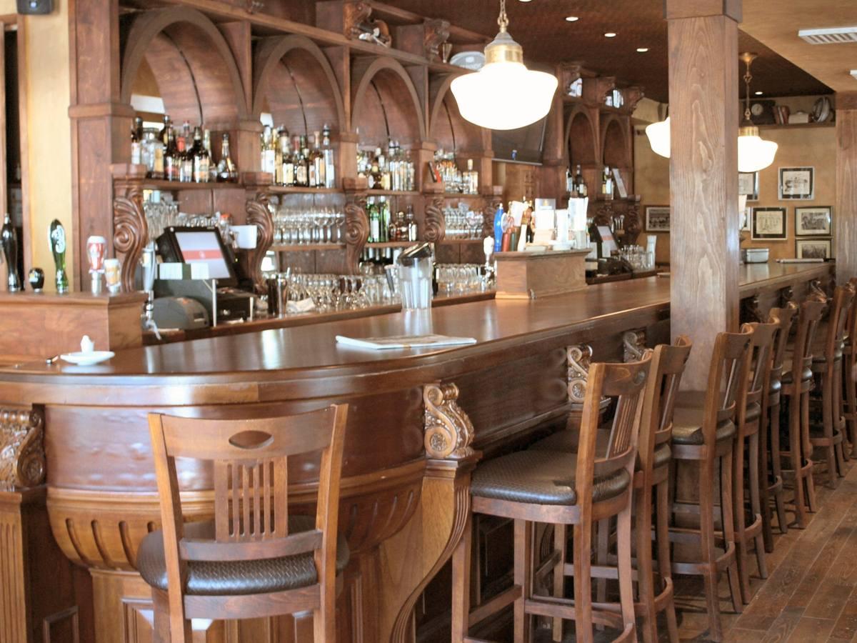 Барная стойка в ресторане классического стиля