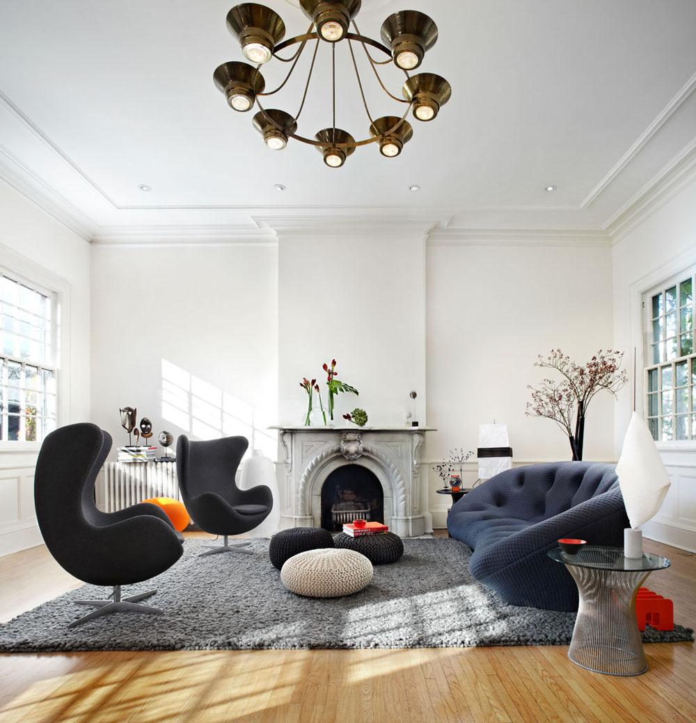Уютный и комфортный интерьер гостиной с высокими потолками