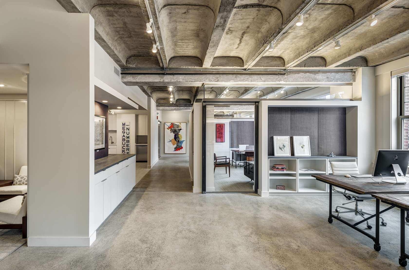 Нарочитое отсутствие отделки на потолке - приоритет стиля лофт
