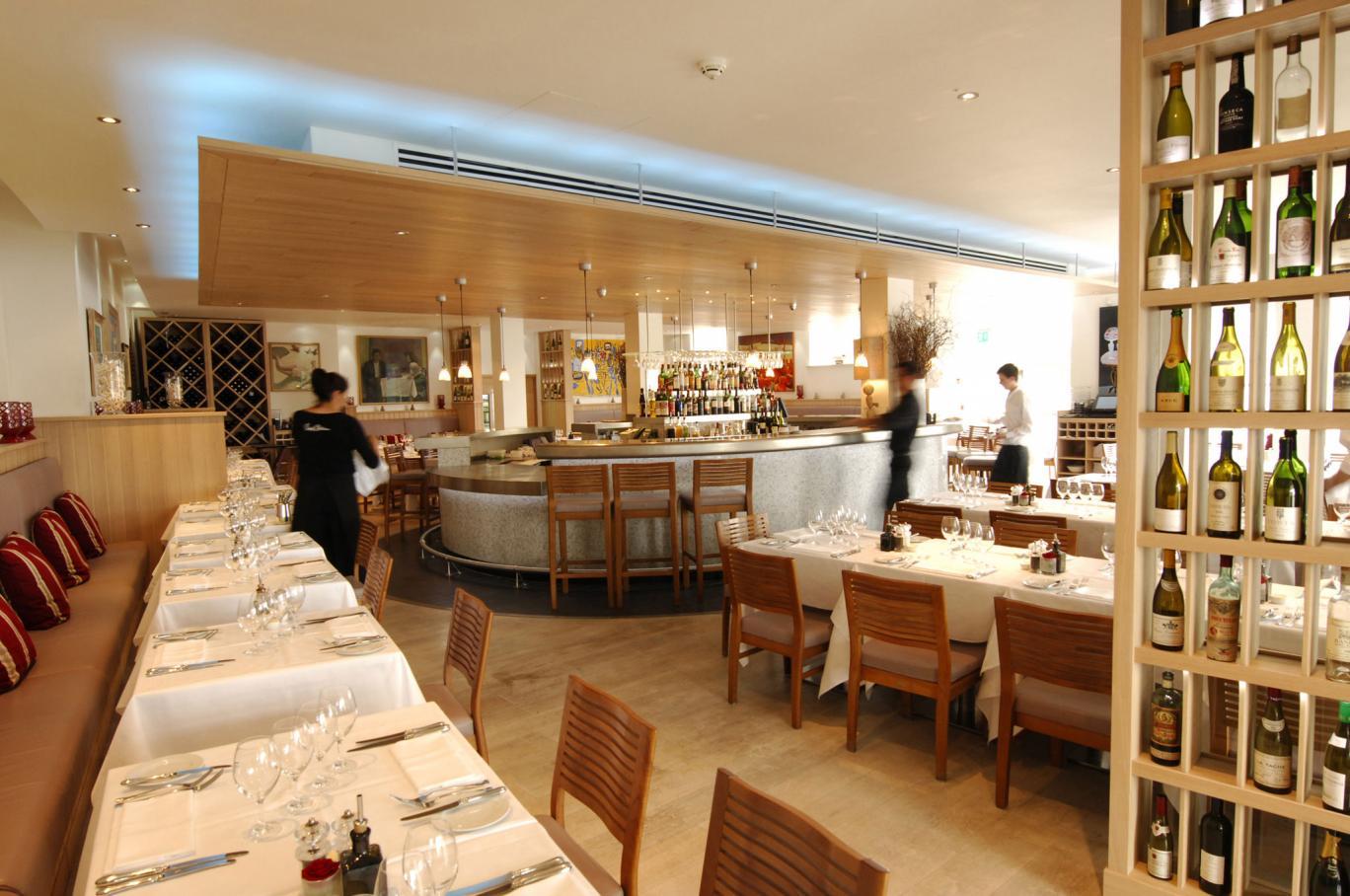 Современный дизайн ресторана с элементами классики