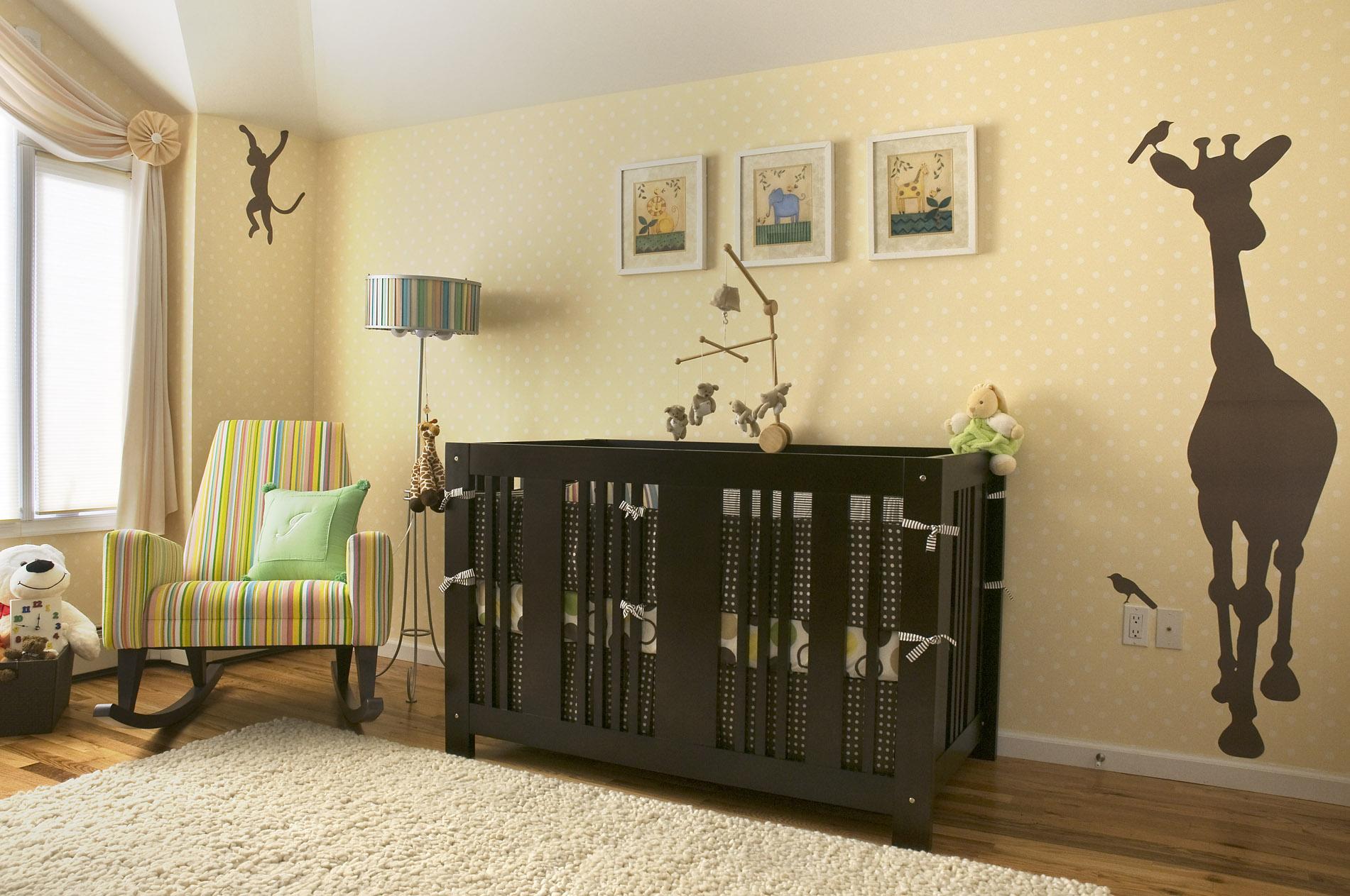 Тематическая отделка стены со стороны детского манежа - отличный способ зонирования пространства