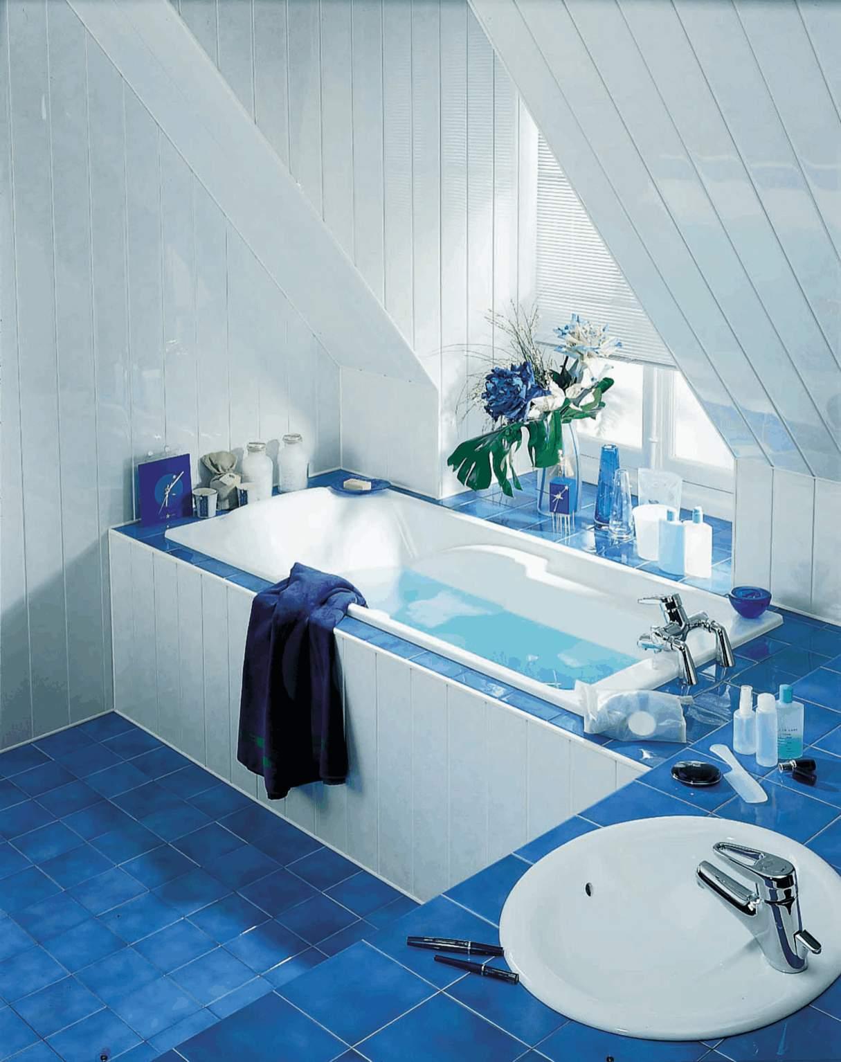 Ванная комната с наклонным потолком из пластиковых панелей