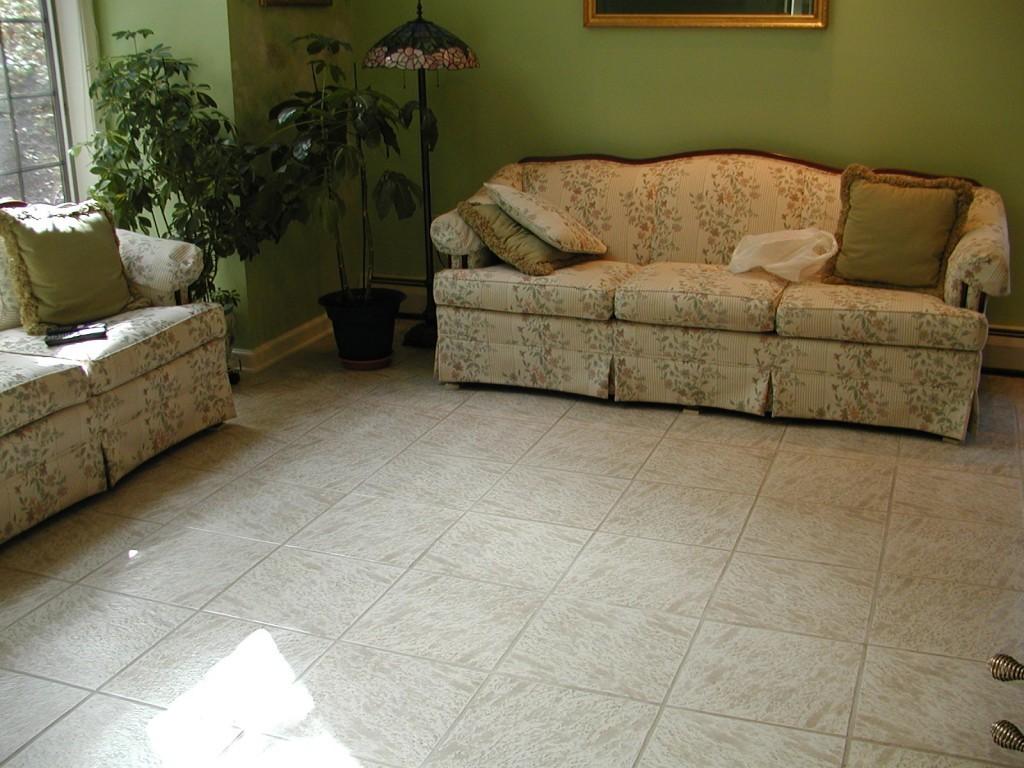 Керамическая плитка может быть удачным вариантом даже для гостиной