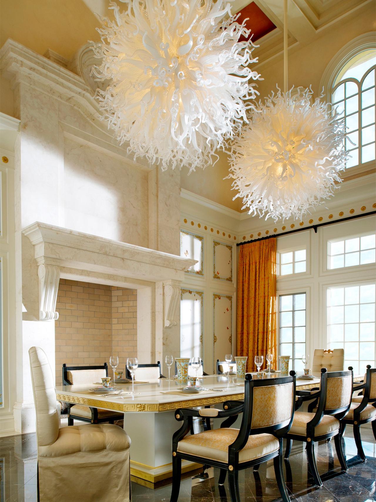 Такие оригинальные светильники украсят комнату с высоким потолком