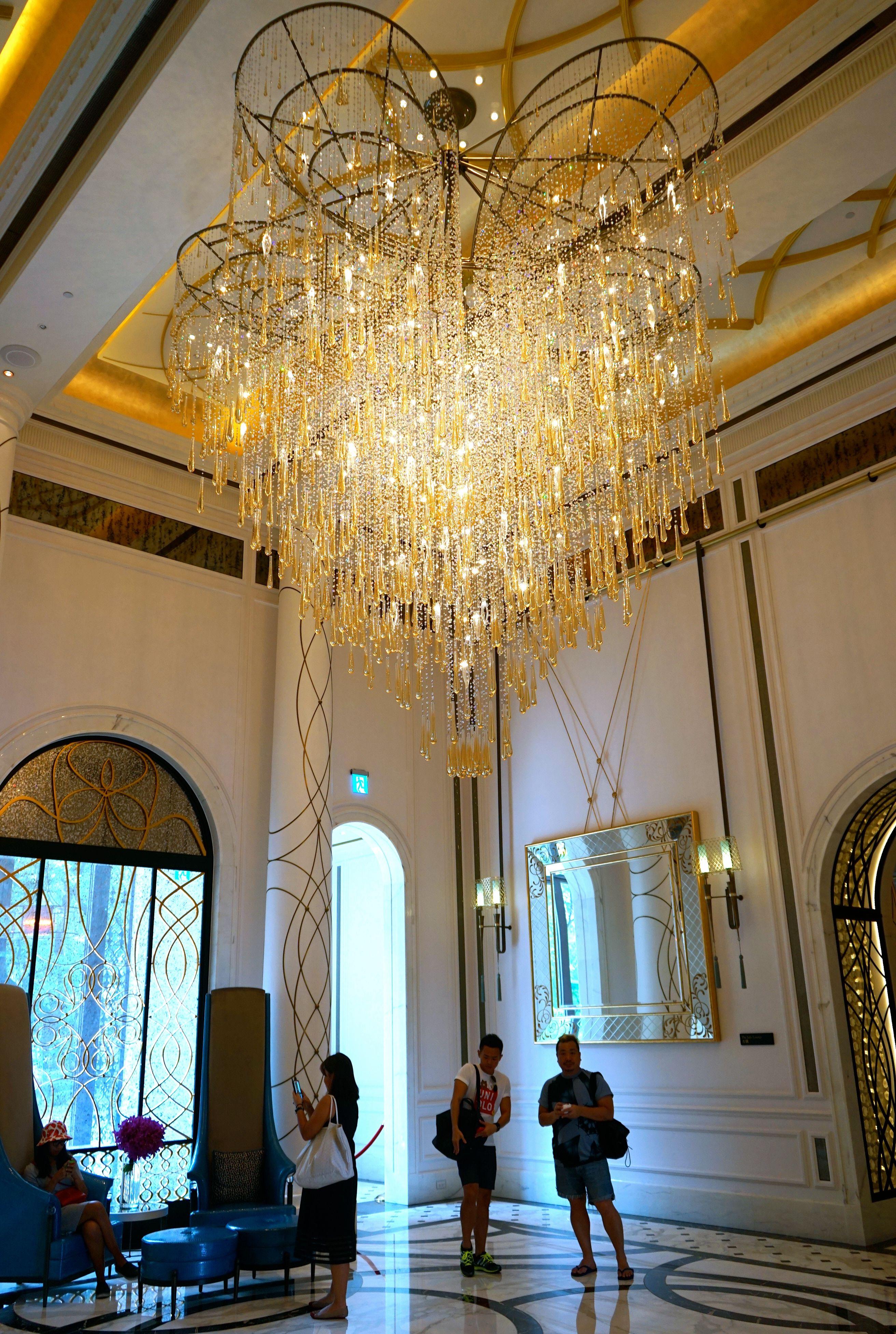 Роскошный канделябр в интерьере гостиничного холла