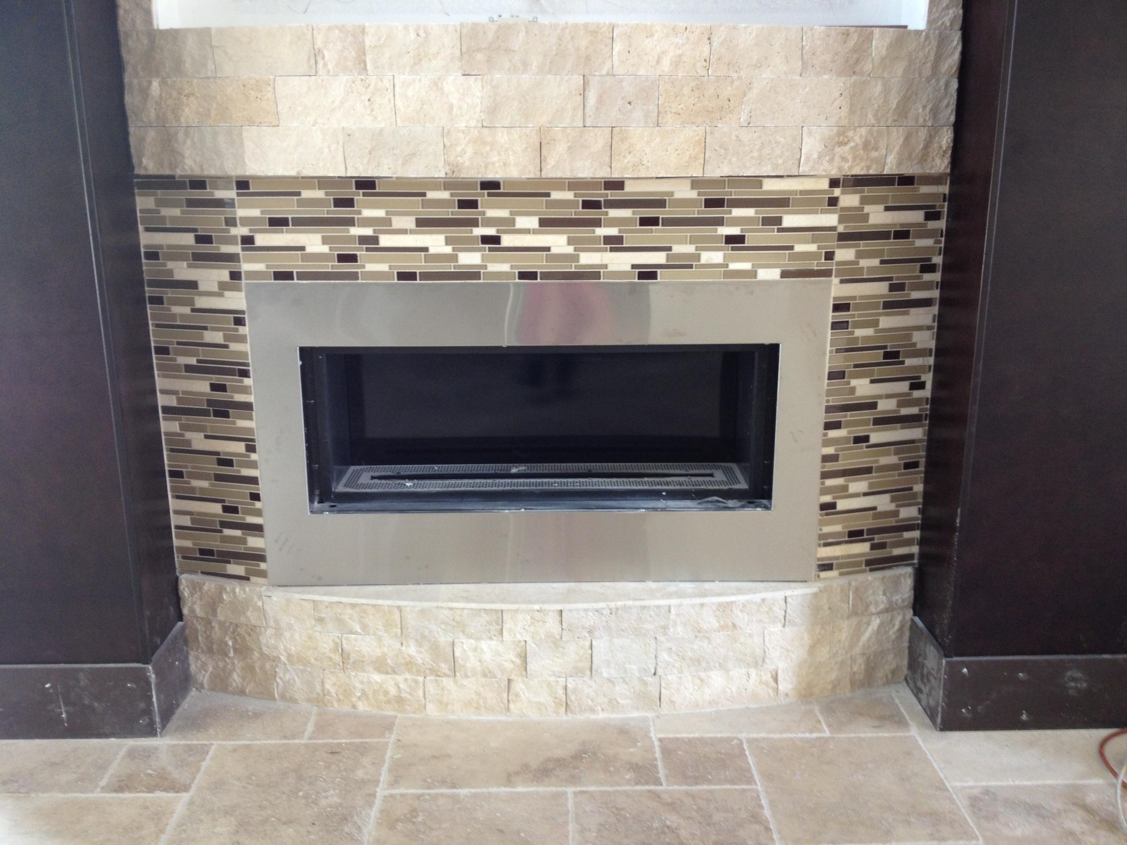 Мозаикой можно оформить камин в гостиной
