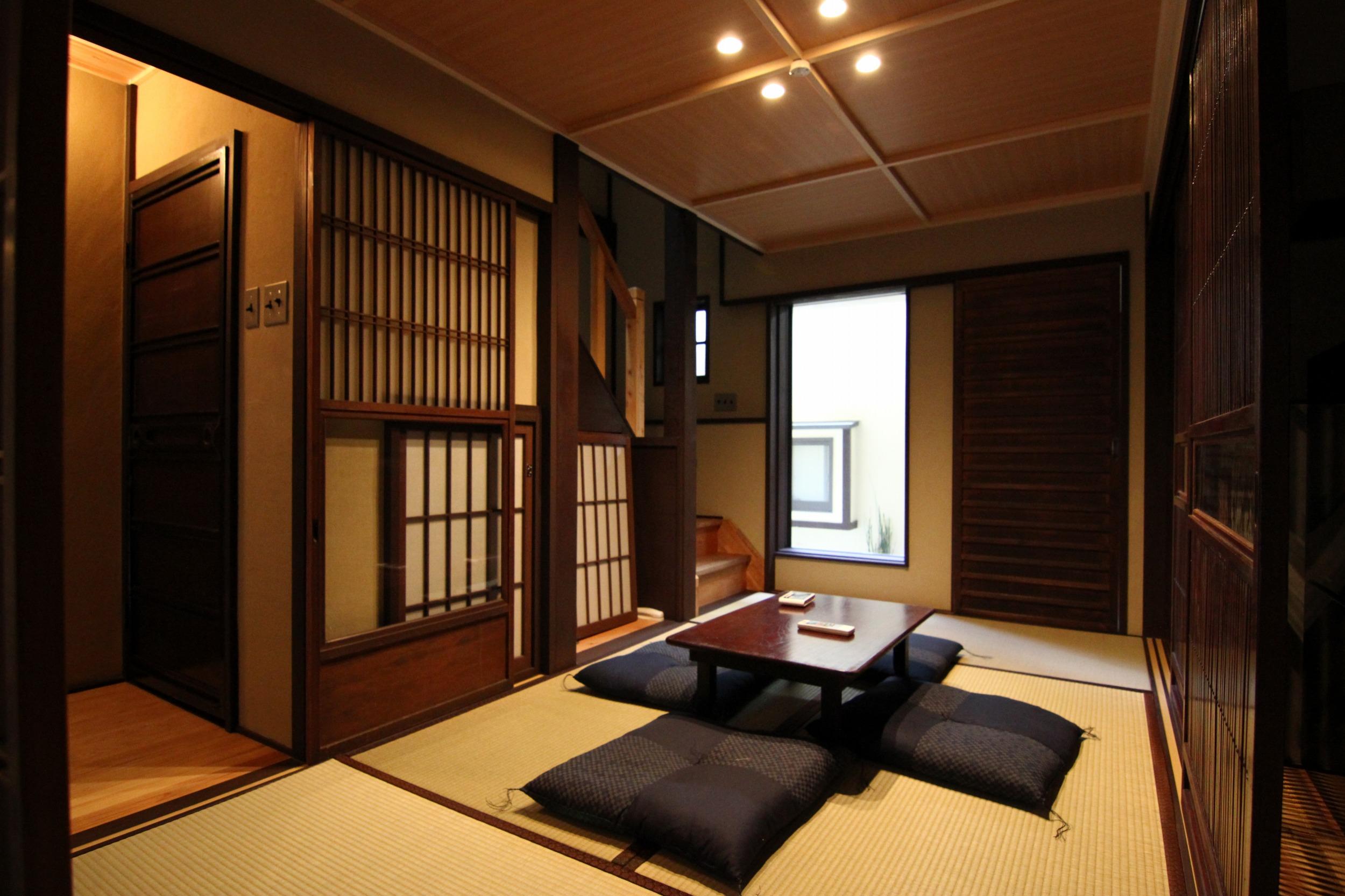 Низкий столик в центре комнаты и подушки вместо стульев - непременные атрибуты гостиной в Японии