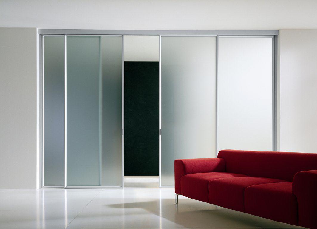 Раздвижная перегородка отлично зонирует пространство в комнате