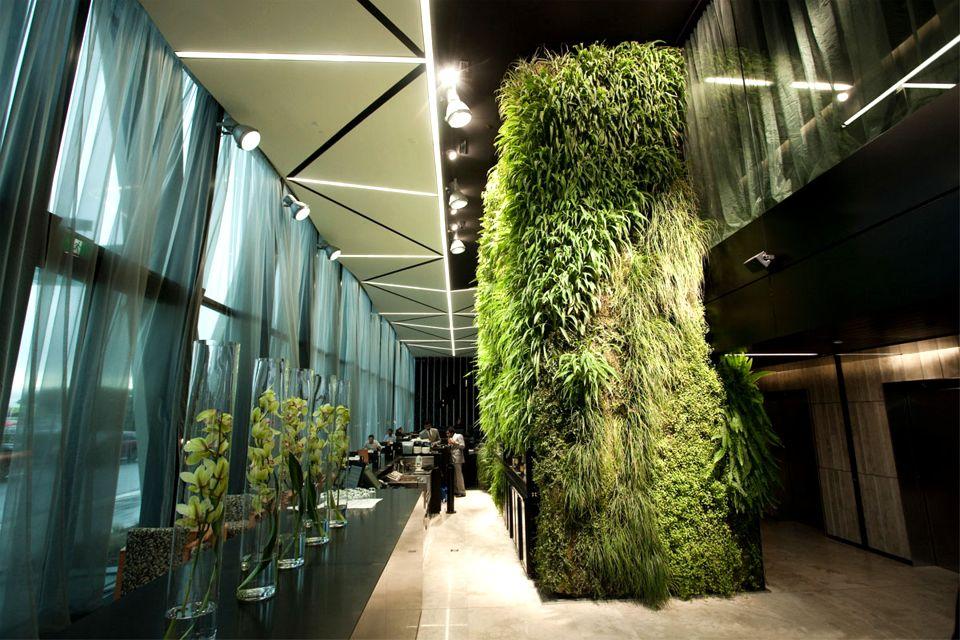 Зеленая стена - один из самых модных трендов в интерьере гостиничного холла