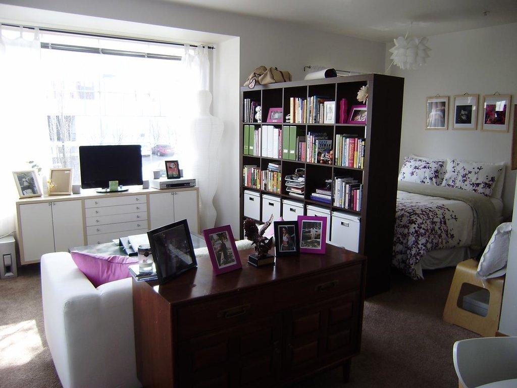 Шкаф-перегородка - удачное решение для маленькой квартиры студии
