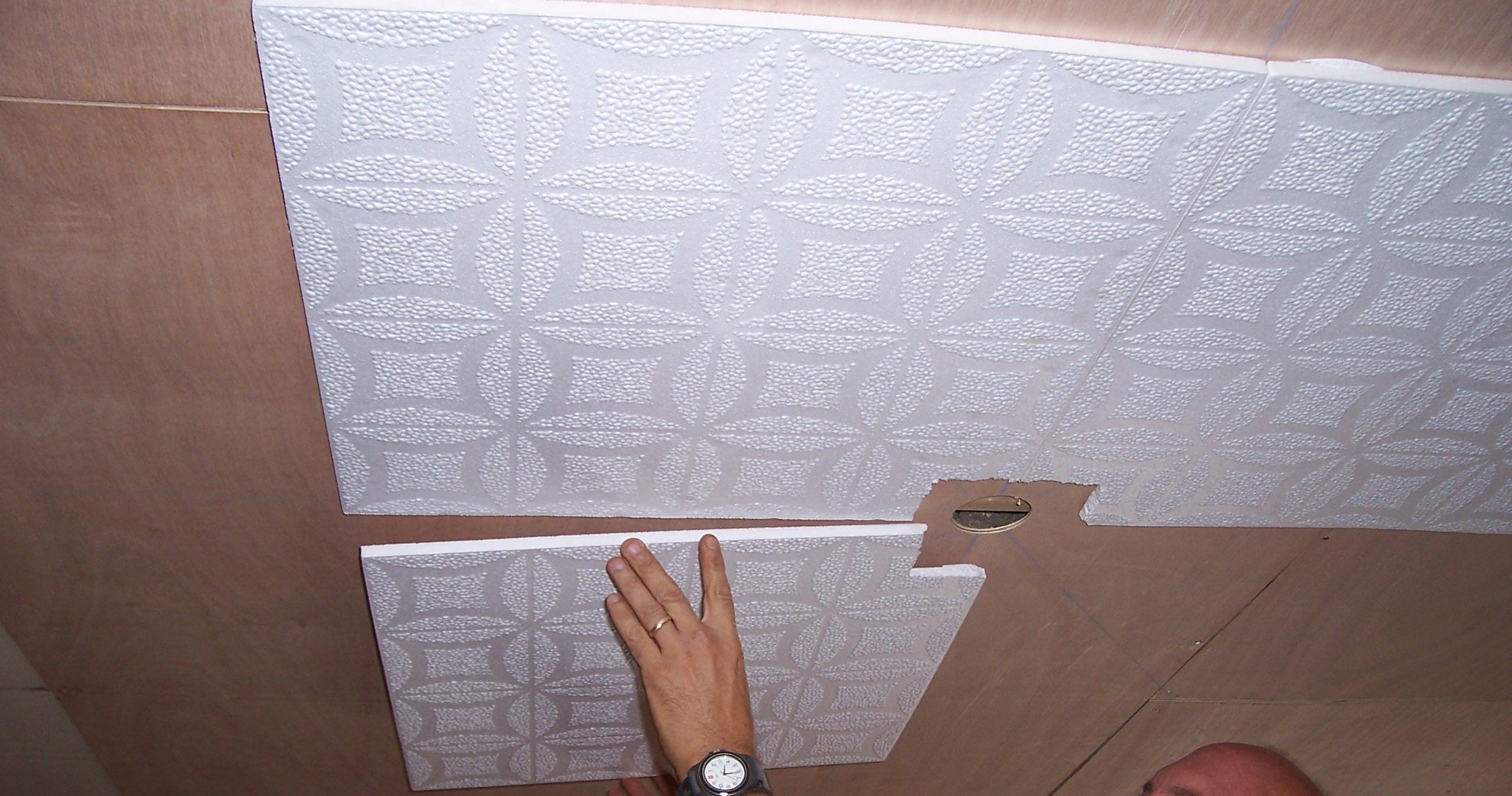 Укладка плит стироформа на потолок