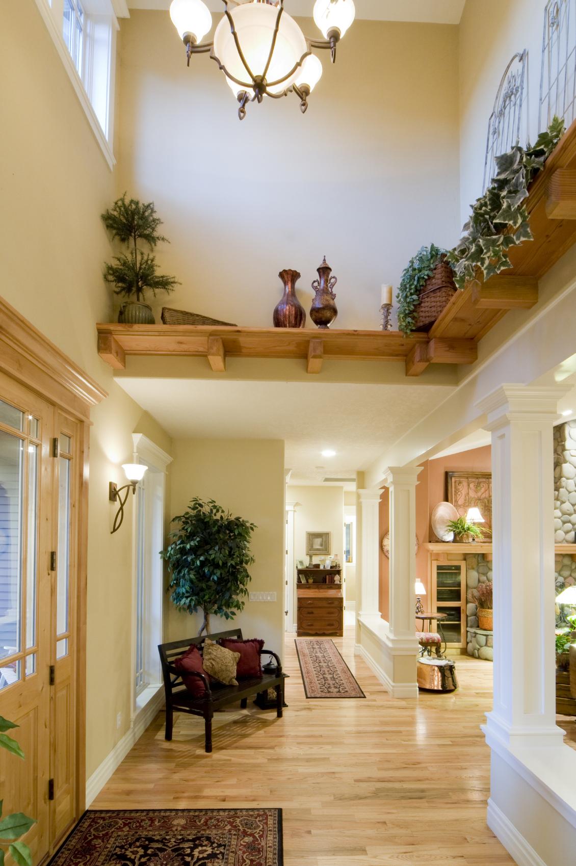 Один из вариантов дизайна помещения с высокими потолками