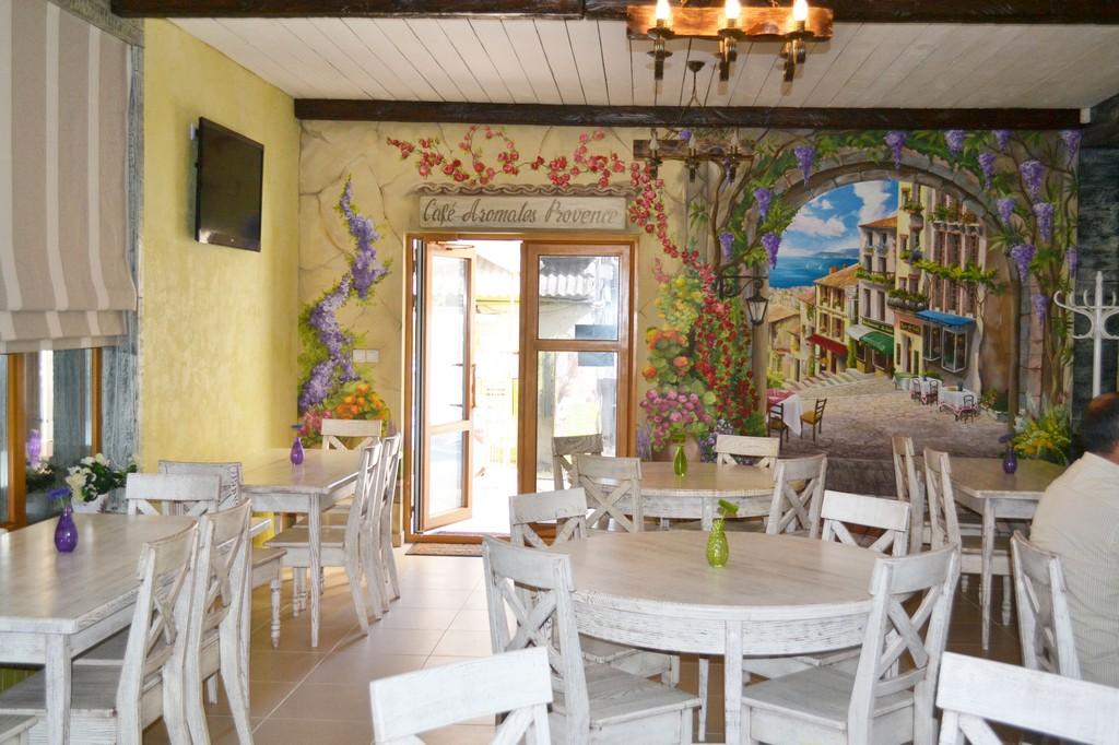 Цветочная тематика в кафе стиля прованс