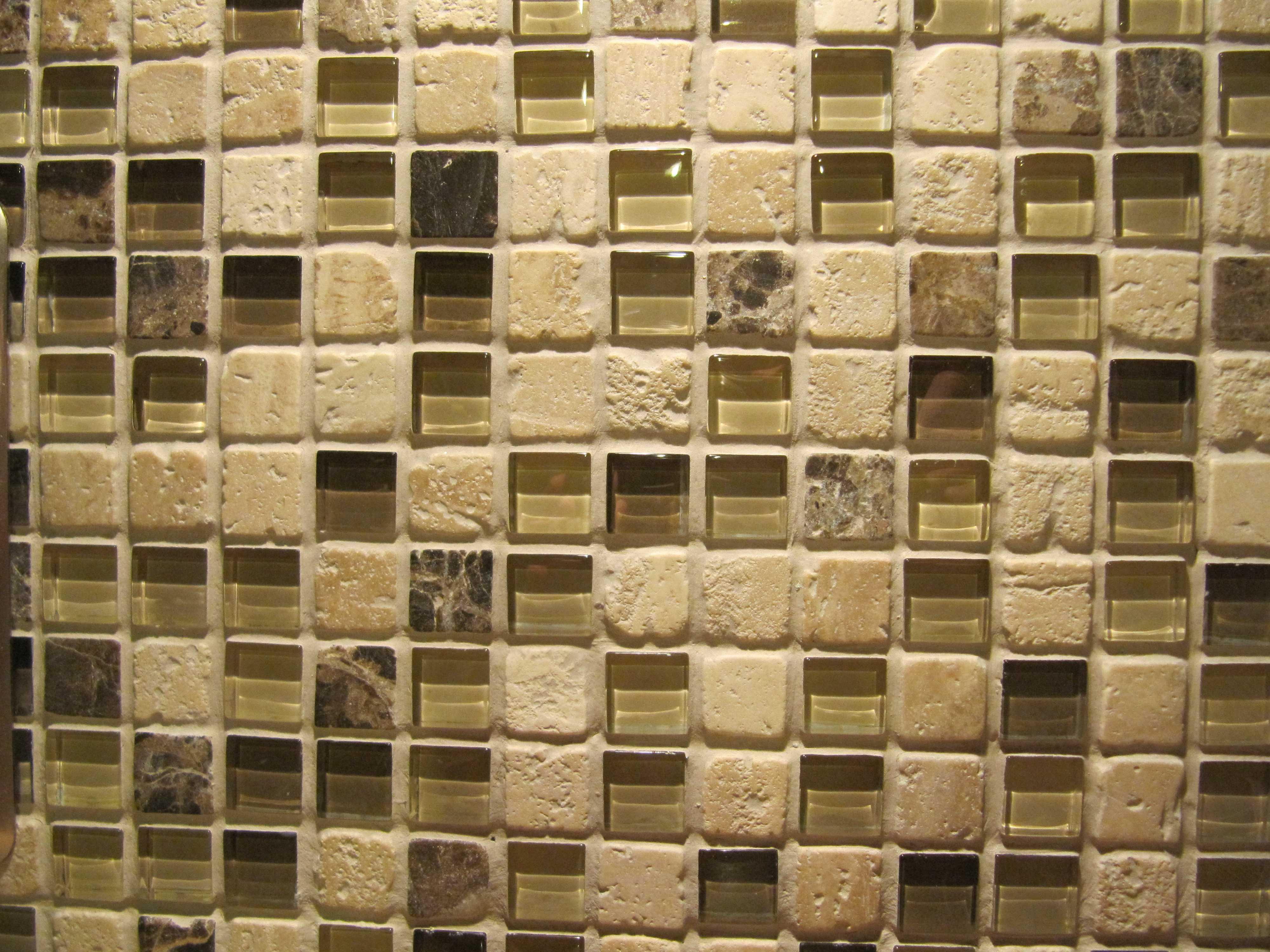 Мозаика может быть изготовлена из разных материалов