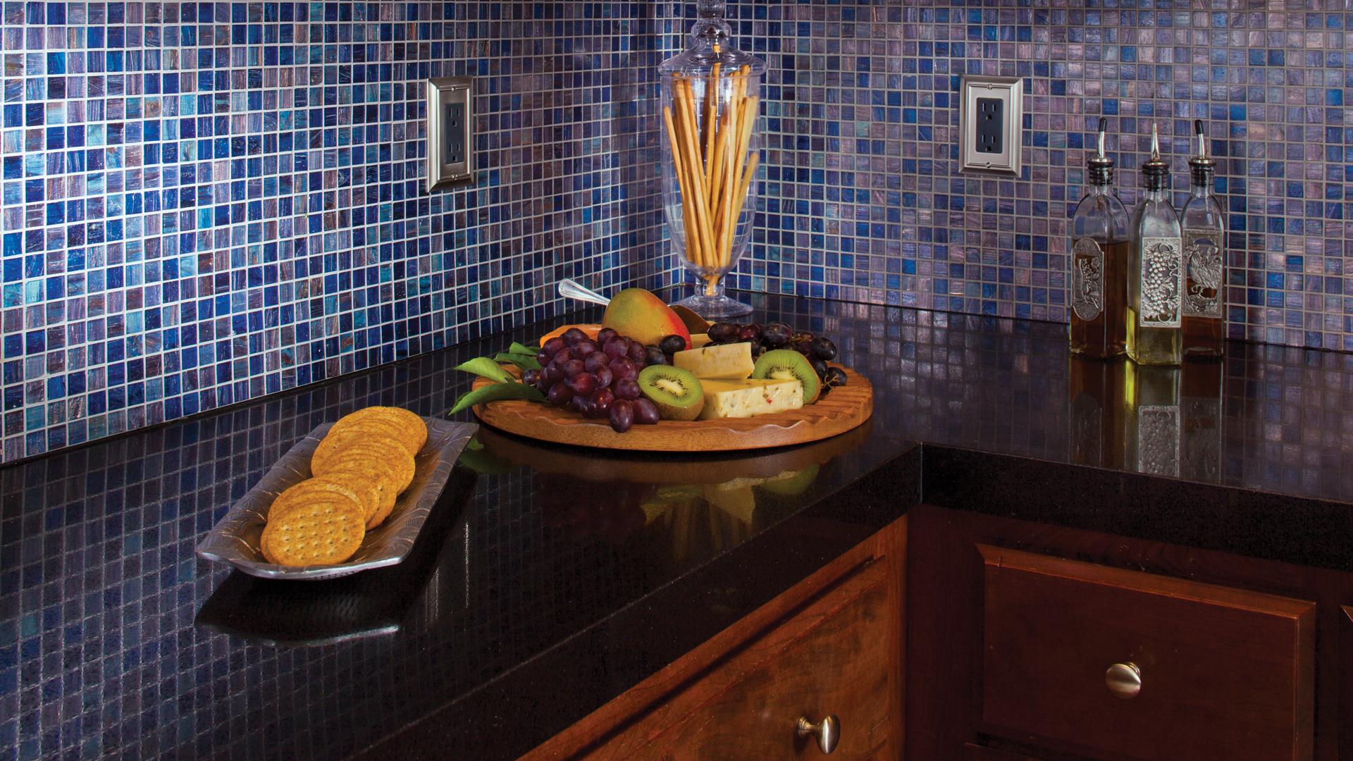 Роскошная мозаика на стене в кухне