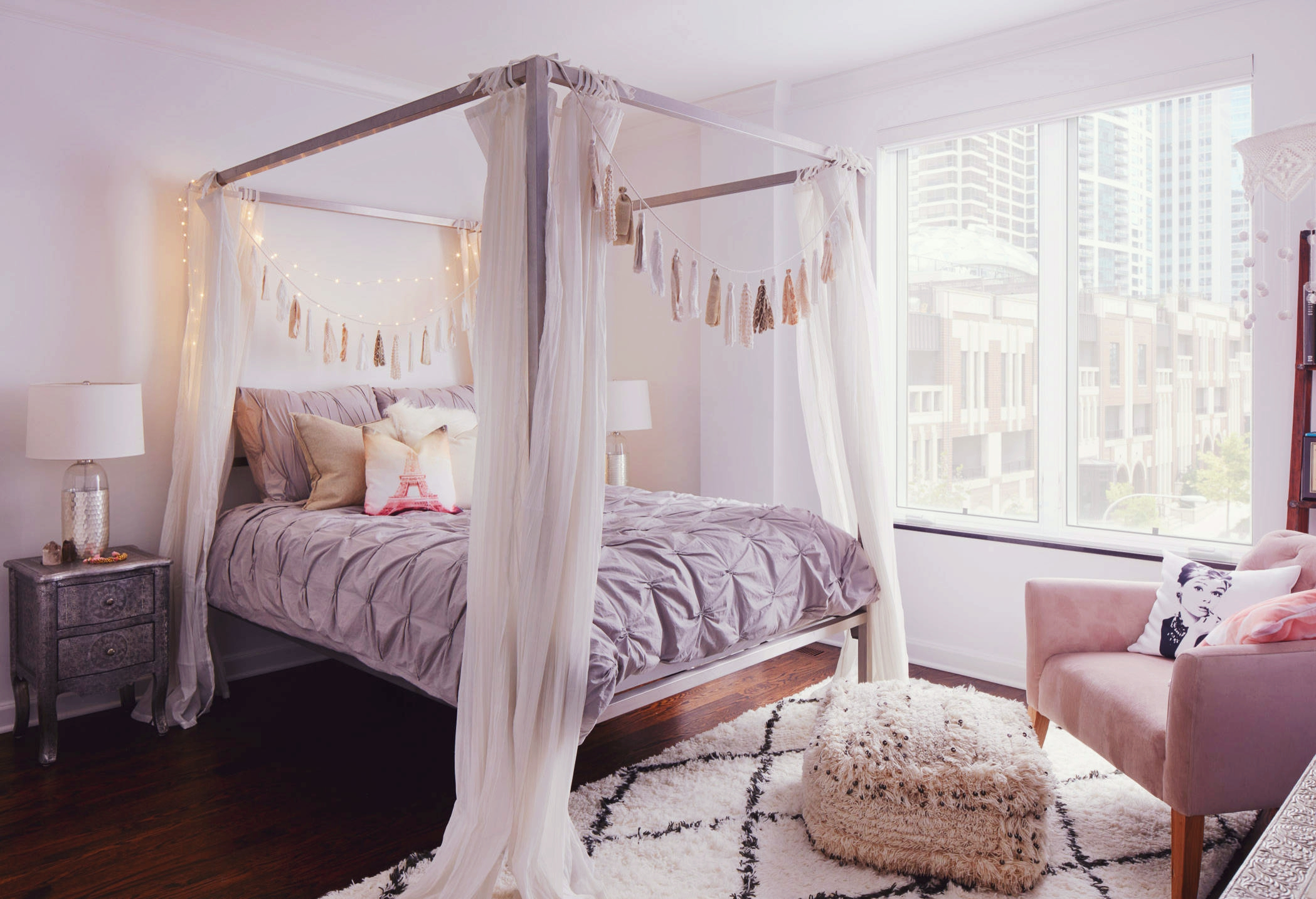 Нежные оттенки в спальне