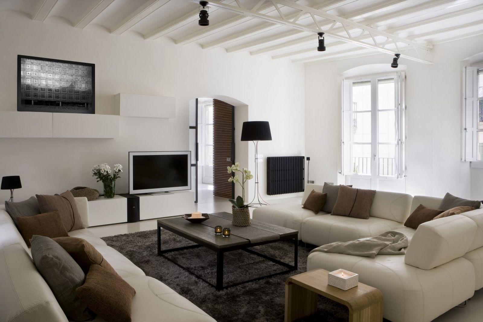 Несмотря на высокие потолки эта комната выглядит уютной