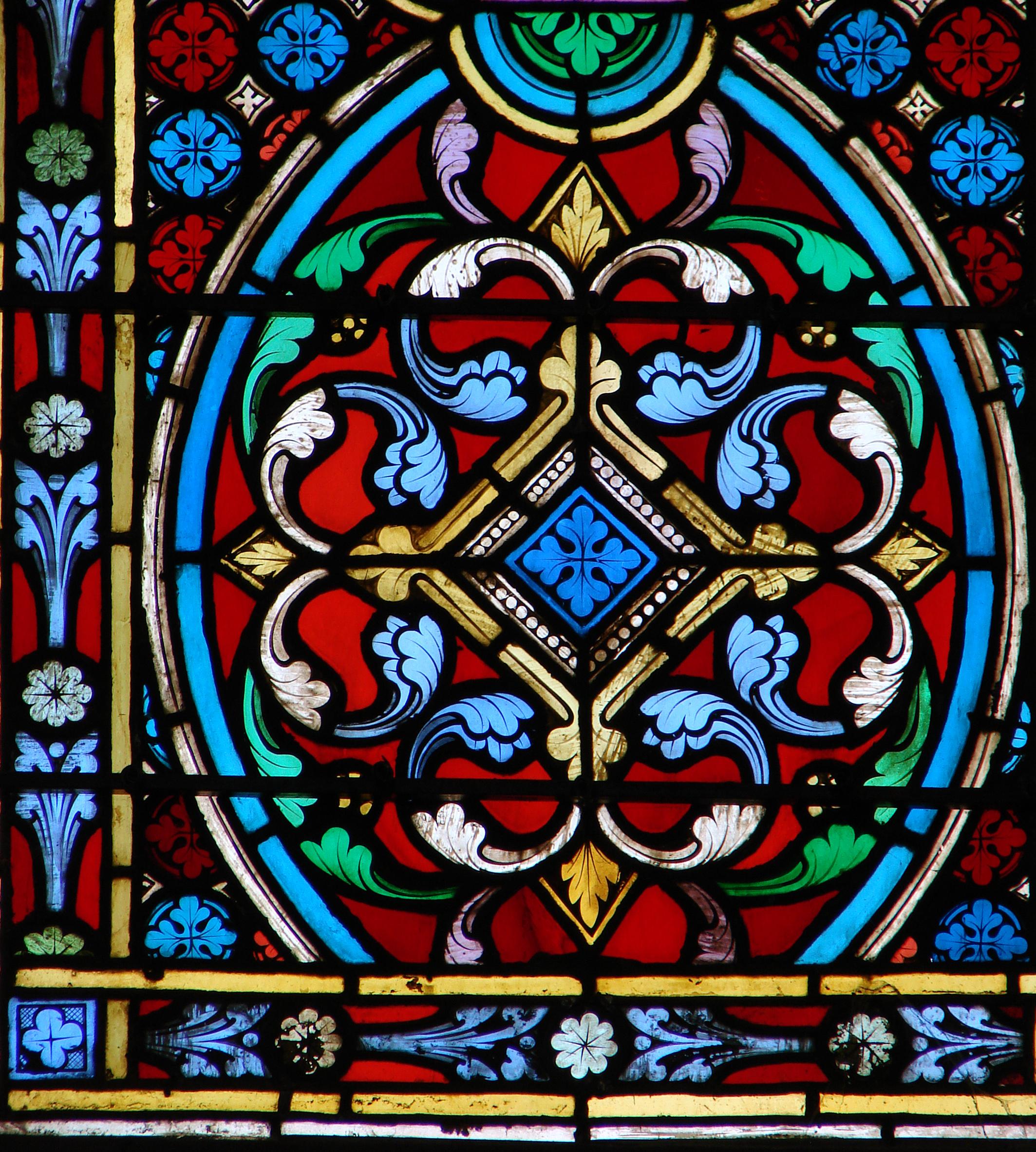 Витражные стекла расписывают вручную