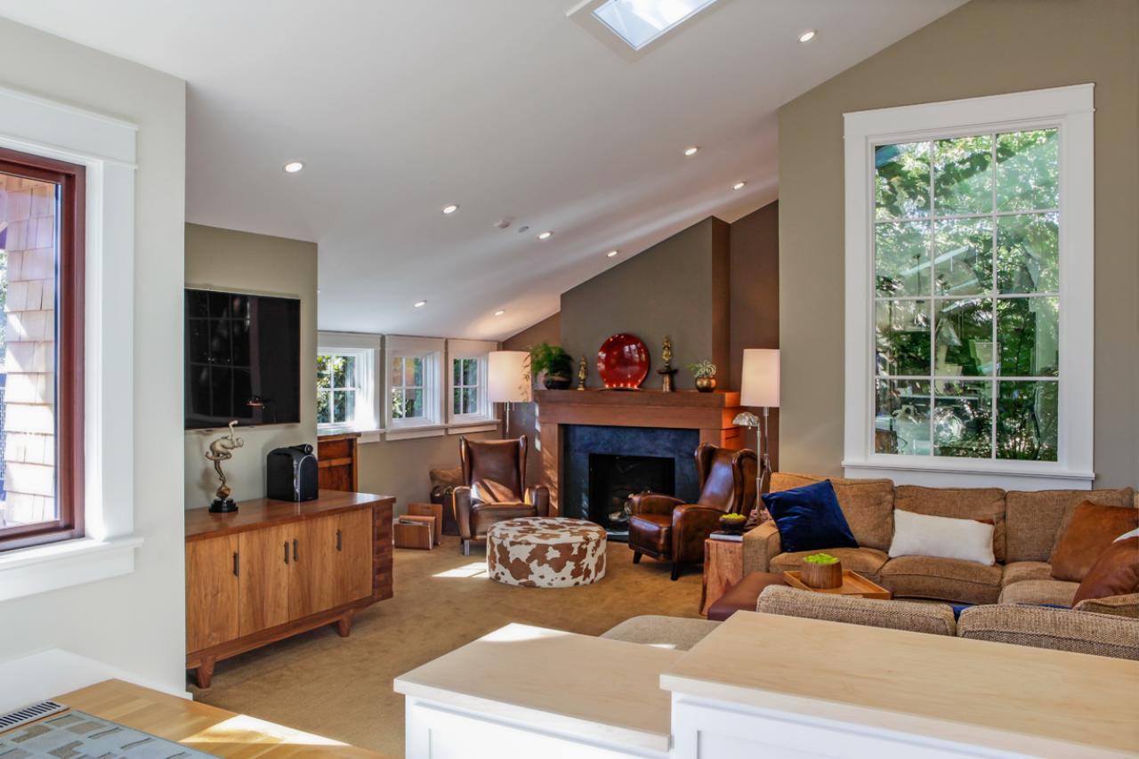 Точечная подсветка и скошенный потолок - самые модные тренды зарубежных дизайнеров