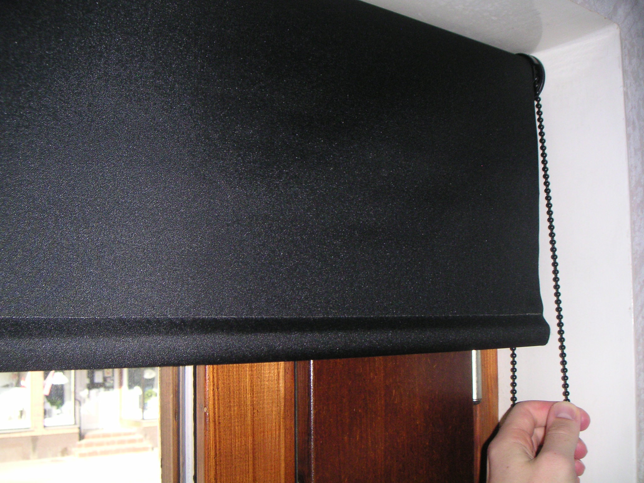 Рулонные шторы способны обеспечить полную защиту помещения от уличного освещения