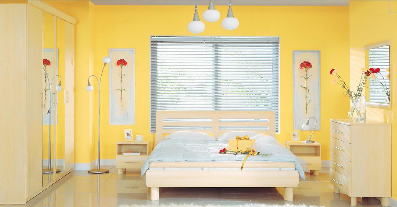 В этой модерновой спальне акцентом выступают канареечно-желтые стены
