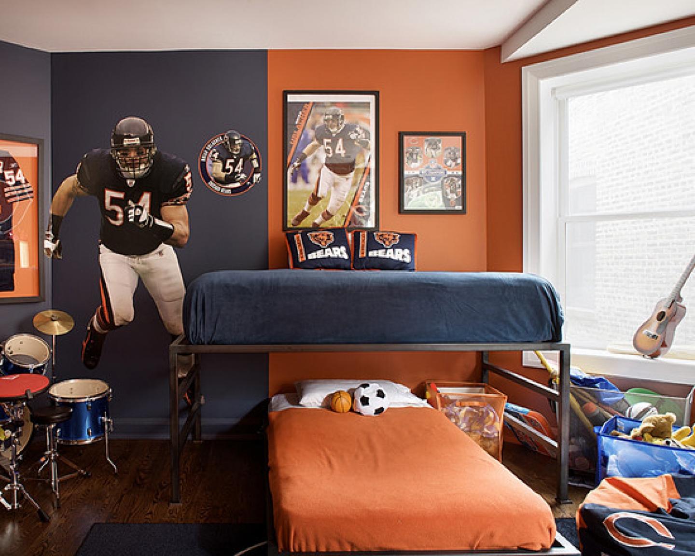 Сочетание синего и оранжевого придает комнате теплый и уютный вид